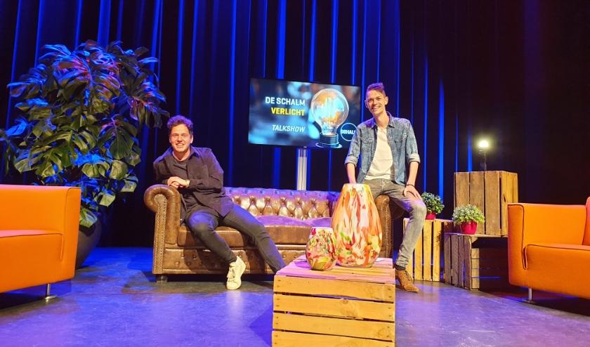 Tijdens de 1e uitzending interviewt presentator Mark van der Linden (rechts) onder andere cabaretier Jules Keeris. FOTO: Robin van Hoof.