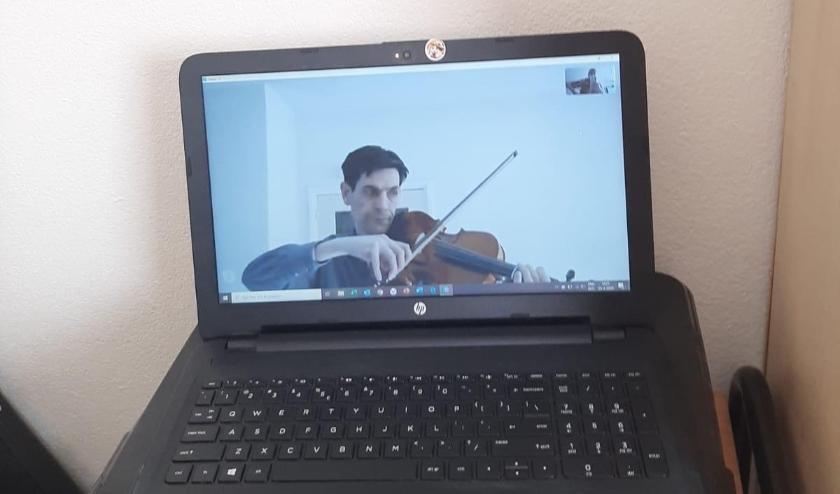 David krijgt online vioolles van viooldocente Eline Martinius.