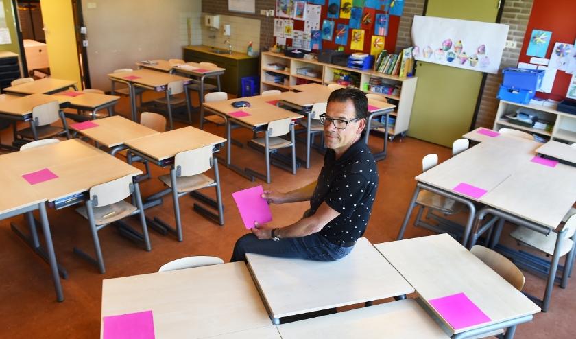 """Jurgen Huls, directeur van De Plakkenberg: """"We creëren in de klaslokalen onderlinge afstand tussen de leerlingen."""" (foto: Roel Kleinpenning)"""