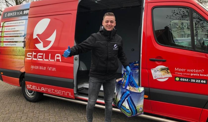 Nathan Mulder, bezorger van Stella was actief voor de Voedselbank.