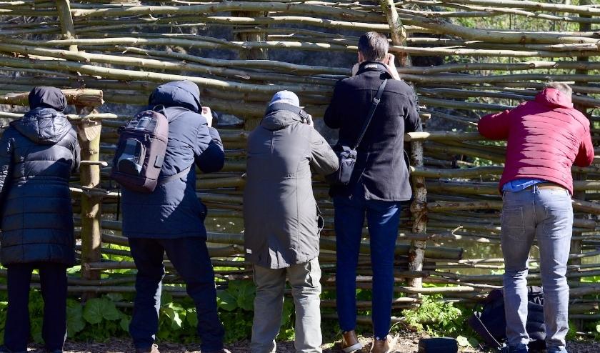 Groep fotografen die geen 1,5 m afstand houdt