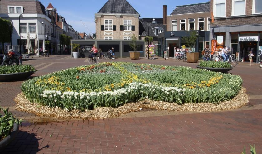 Er is een prachtig bloemenhart van 20.000 tulpen staat in het centrum te pronken
