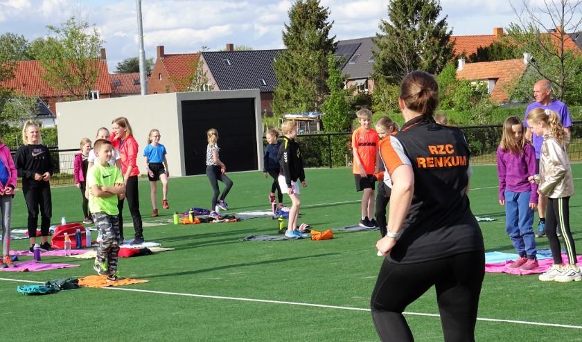 Bij Zwem- en Poloclub RZC mocht de jeugd weer trainen. Hoewel het nog een zogenaamde 'landtraining' betrof was het enthousiasme er niet minder om.