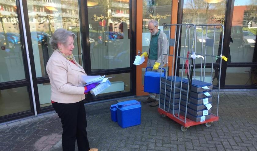 Het brengen van de maaltijden door Tafeltje Dekje gaat ook in deze tijd van corona gewoon door. (Foto: pr)