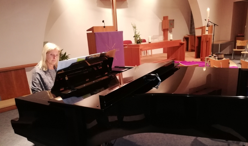 Gemma Jansen aan de vleugel in kerkzaal De Wingerd.