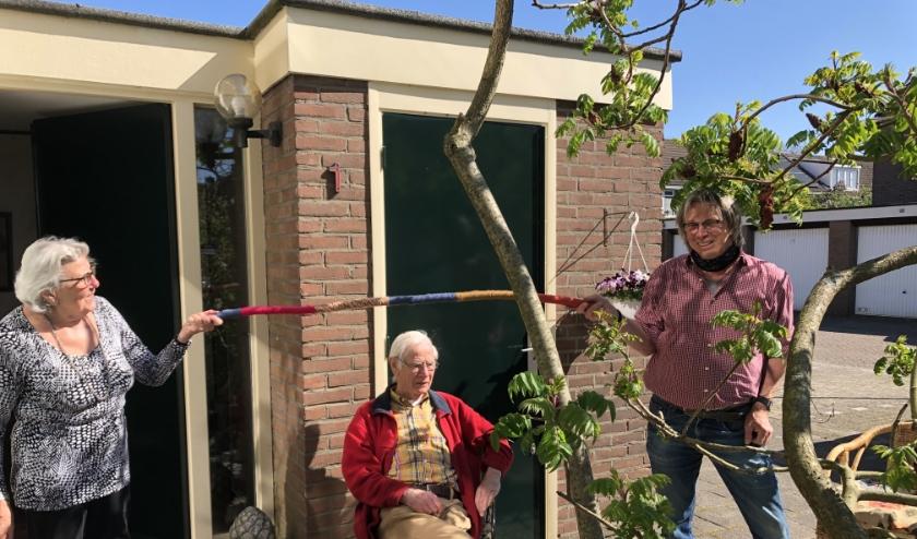 Deelnemer perensteert haar anderhalve meter aan Peter Hop, directeur Tuingezel