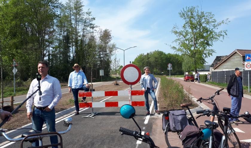 Het college van B&W nam, ieder met een eigen vervoersmiddel, op gepaste afstand, de Randweg officieel in gebruik.