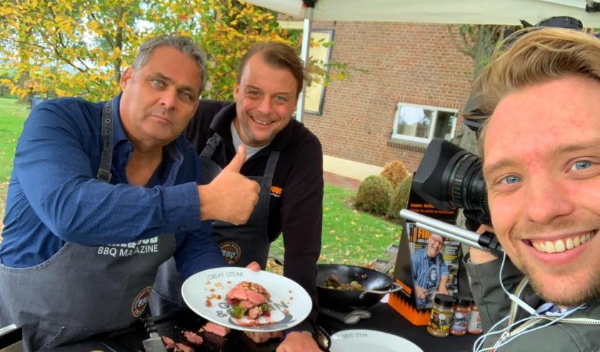 Elke vrijdag inspireert Edwin Sap (links) barbecueliefhebbers met een nieuw filmpje op het YouTube kanaal FireFoodTV (Foto: Mathijs Lansink)