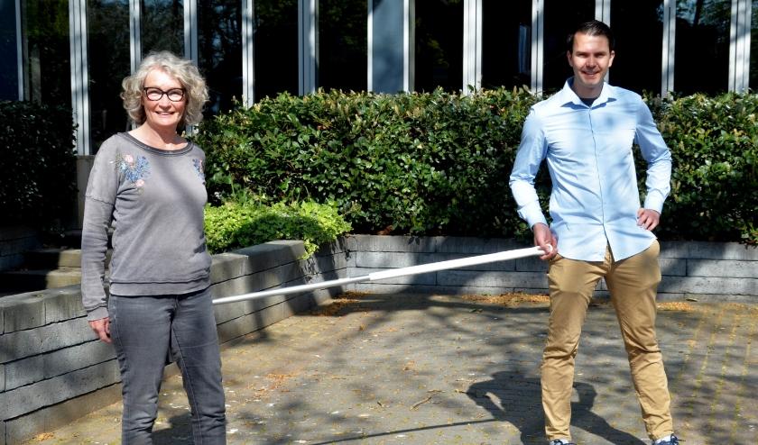 Sarina van den Berg en Sylvian Schuman bekijken alles aan de hand van de magische 1½ meter (foto Jan Boer)
