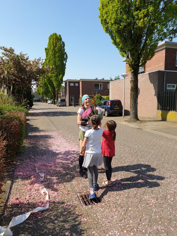 Bloemenuitreiking aan Doris van haar dochters Hannah en Frida Foto: Brennie Frishert © Groeiend Best