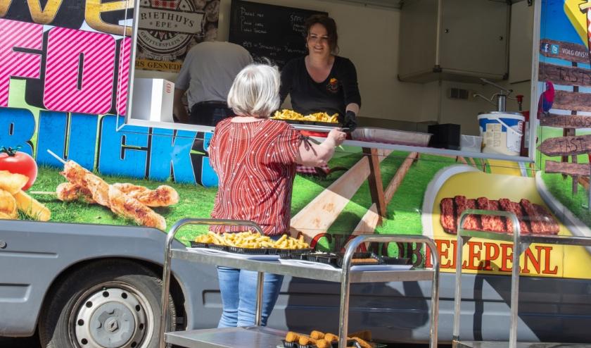 Nanda van der Hoop, eigenaresse van het Eper Friethuys en van de Snackmobiel Epe, bakte afgelopen woensdag gratis patat bij De Klaarbeek en De Nieuwe Antoniehof. Medewerkers brachten het naar binnen.