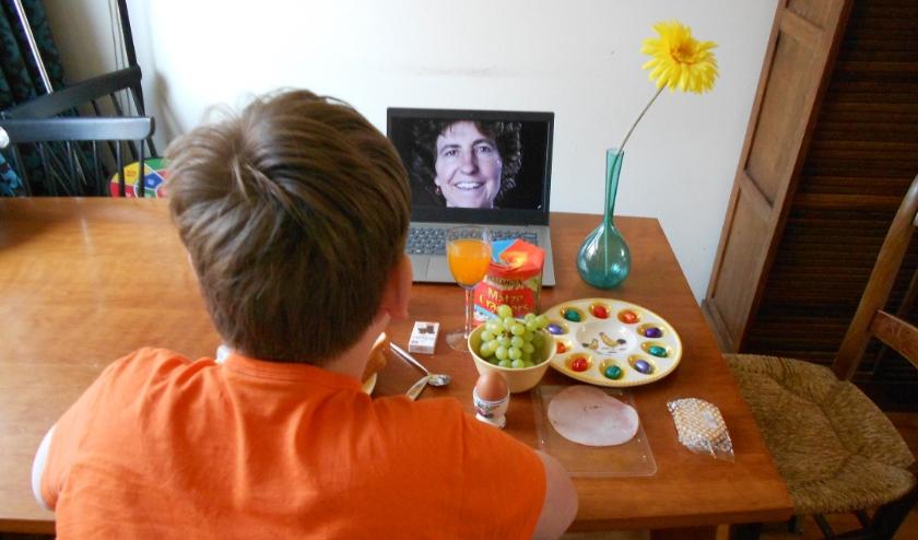Volgens Tanja van der Lippe kan er via de computer prima worden genoten van een gezamenlijke paasmaaltijd.