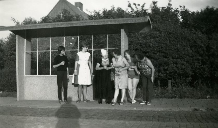 De Heemkundekring is op zoek naar de namen van deze dames.