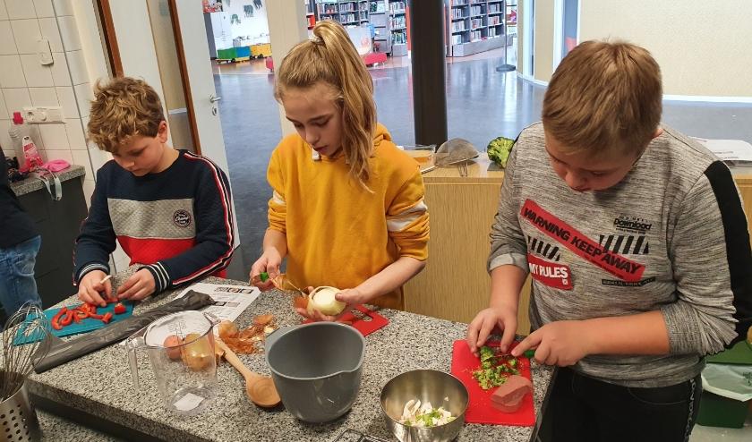 Bij het kookatelier leerden de kinderen van De Rank eerst hoe een recept wordt opgebouwd voordat ze als echte chefkoks met de potten en pannen in de weer gingen. Deze foto is gemaakt voordat de scholen sloten in verband met de coronamaatregelen.