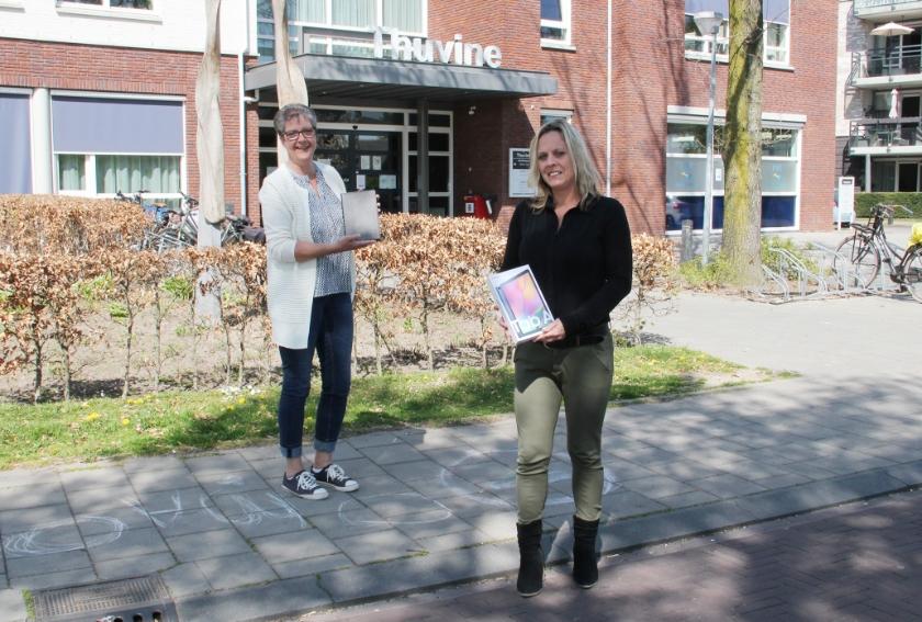 Helga van den Aardweg  (l) activiteitenbegeleidster en Nancy Raben, teammanager van Thuvine.