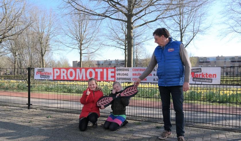 Op gepaste afstand gaf commissielid Wim Rosendaal een waveboard aan de zusjes Anne-Jolie en Dior. (Foto's: Aart Aalbers)