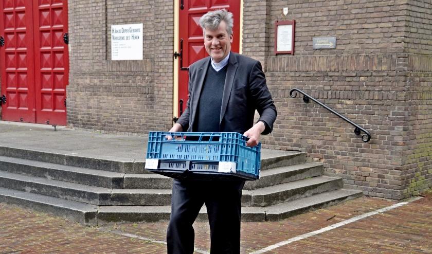 """Ten Have met een krat voor de voedselbank: """"De kerk is overdag open voor gebed en om iets te brengen voor de Voedselbank"""". (Foto Jan Boer)"""