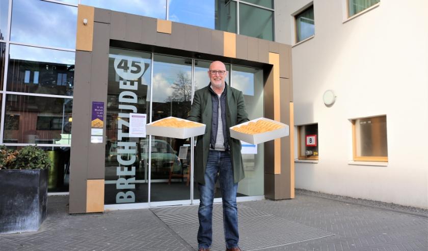 Dozen vol donuts brengt Arie Bos naar de huizen van Welthuis. Foto: Fred Roland