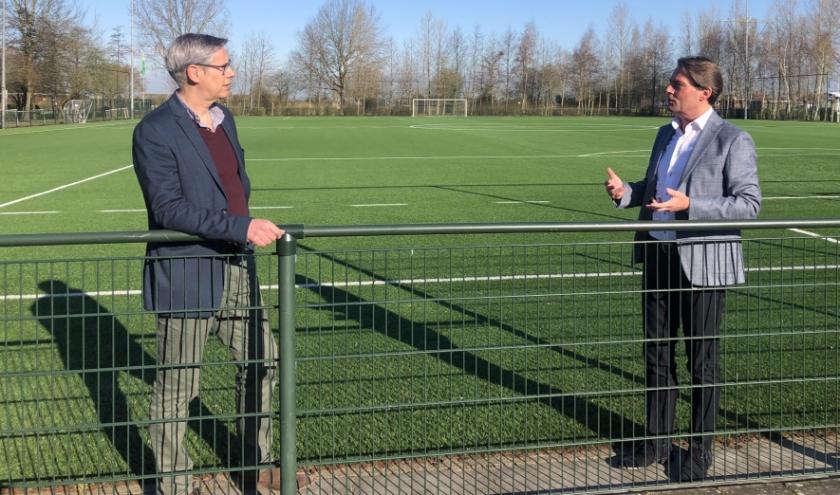 Peter Nootenboom (links) en Paul Boogaard. De gemeente en de sportraad willen de verenigingen in deze moeilijke tijd ondersteunen. (foto: gem. Hoeksche waard)