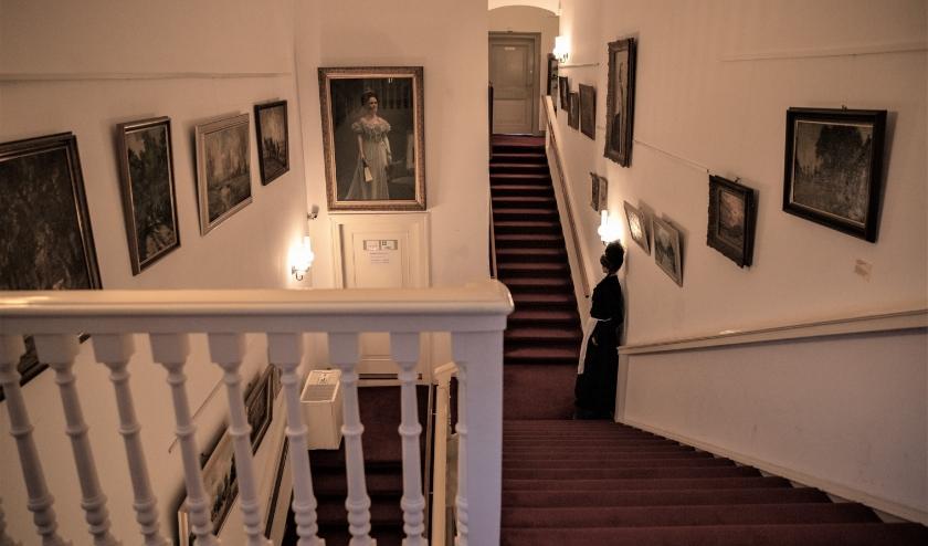 Het stijlvolle trappenhuis van havezate de Oosterhof. Tussen de traphekspijlen is de ontsierende luchtbevochtiger te zien. Foto: Irene Dangremond.