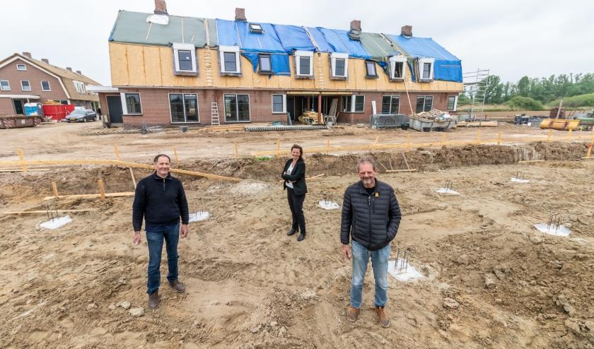 Hans en Rob van Rouwendaal en Berrit Simon op de bouwplaats waar de laatste woningen van Hof van Hamerden worden gerealiseerd.