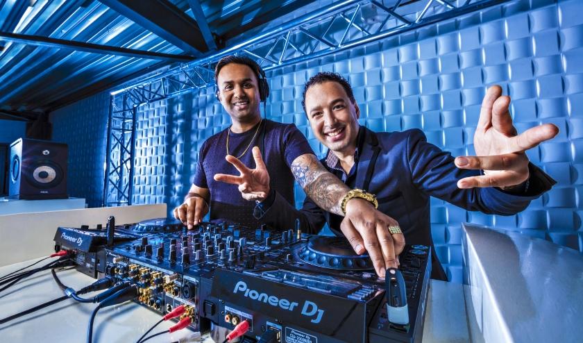 Amrish Raghosing (links) heeft er zin in: tien dagen lang dj'en voor een wereldrecord.