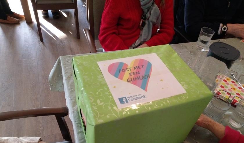 De doos bezorgd door actie groep Post met een glimlach.