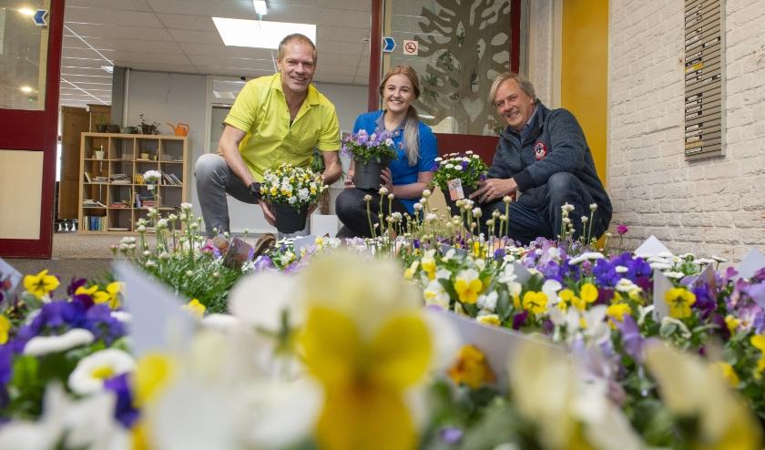 Bart Hulsegge (rechts) kwam afgelopen vrijdag namens Rotary Epe 43 plantjes brengen bij woonlocatie 't Slath. Arjan van Dongen en Estelle Schurink namen de bloemetjes in ontvangst. Foto: Dennis Dekker