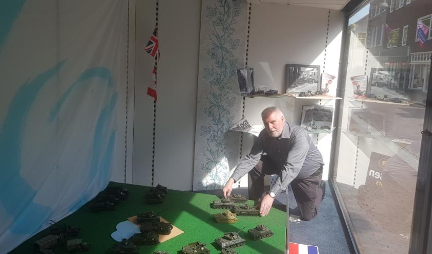 Cor Giesen legt de laatste hand aan zijn speciale etalage in de Bevrijdingsstraat. (foto: Kees Stap)