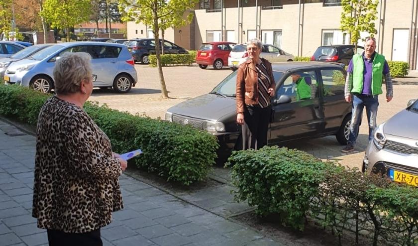 Wethouder Ria van der Hamsvoord de wijk in samen met Ronald van Litsenburg van de LEV-groep.