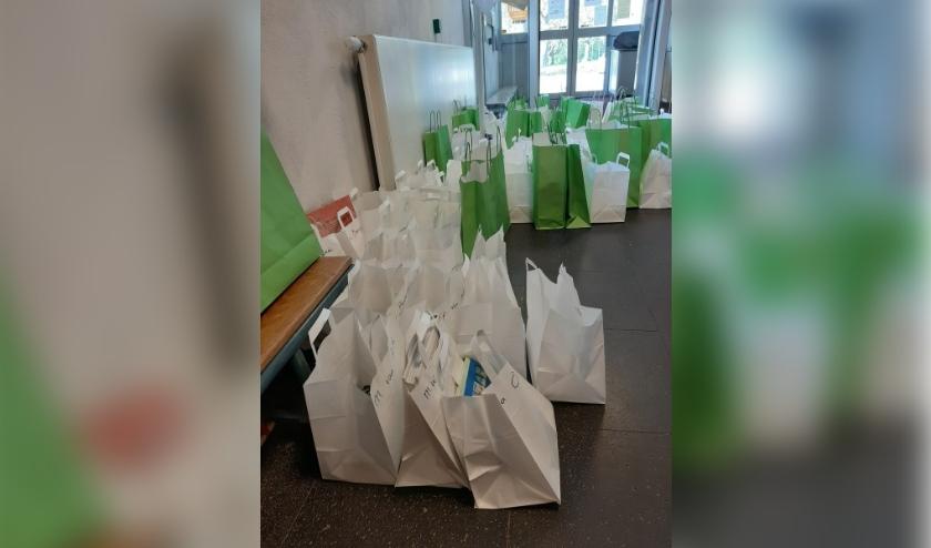 De medewerkers van de bieb vullen een tas met de aangevraagde boeken en zetten die 72 uur van tevoren klaar, op een afgesproken plek.