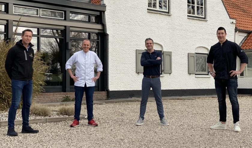 Jan-Egbert Bos (l) met naast hem Johan Kluts (chef-kok De Hof), Dominique Tollenaar (manager Vendel) en Chris Hazeleger (chef-kok Vendel).   met de chefs van De Hof en Vendel: ''We slaan de handen ineen.'' (Foto: PR)