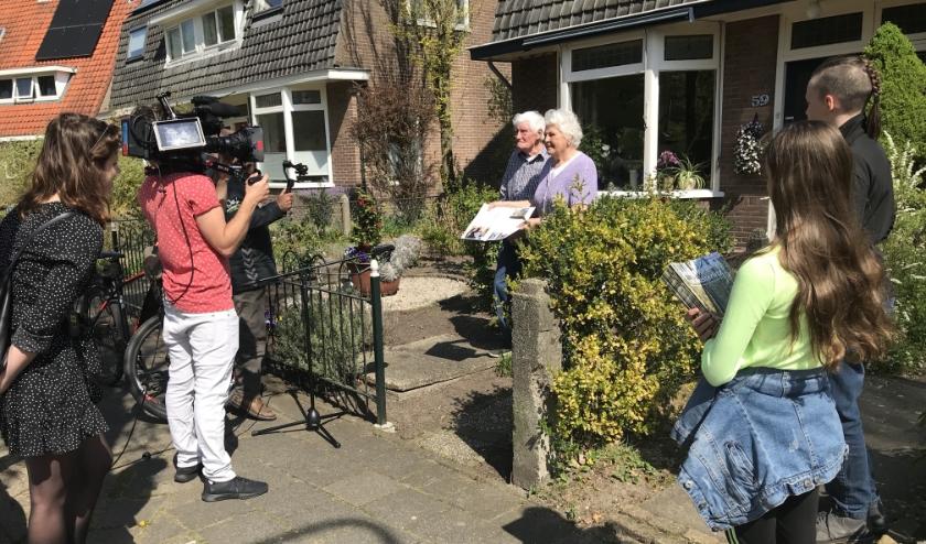 Corry en Wim van de Brug ontvingen van Mees en Esmée het eerste exemplaar van de glossy. Ook zij deelden hun verhaal.