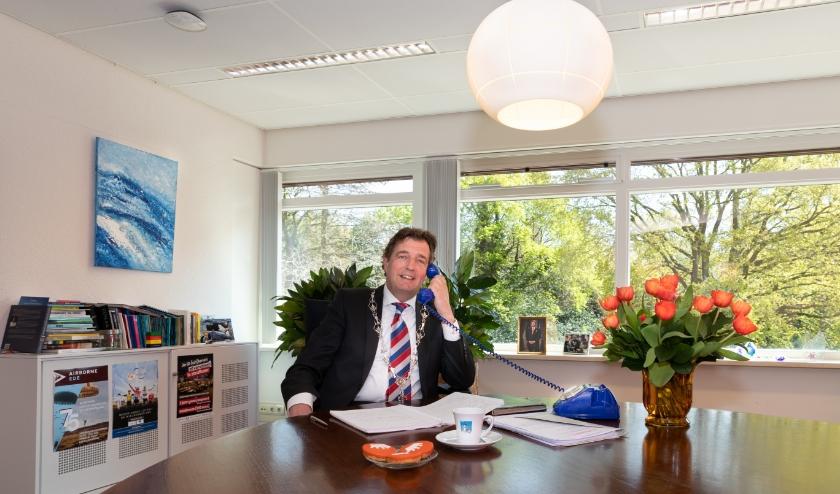 Burgemeester René Verhulst van Ede en locoburgemeester Leon Meijer hebben alle decorandi telefonisch geïnformeerd.