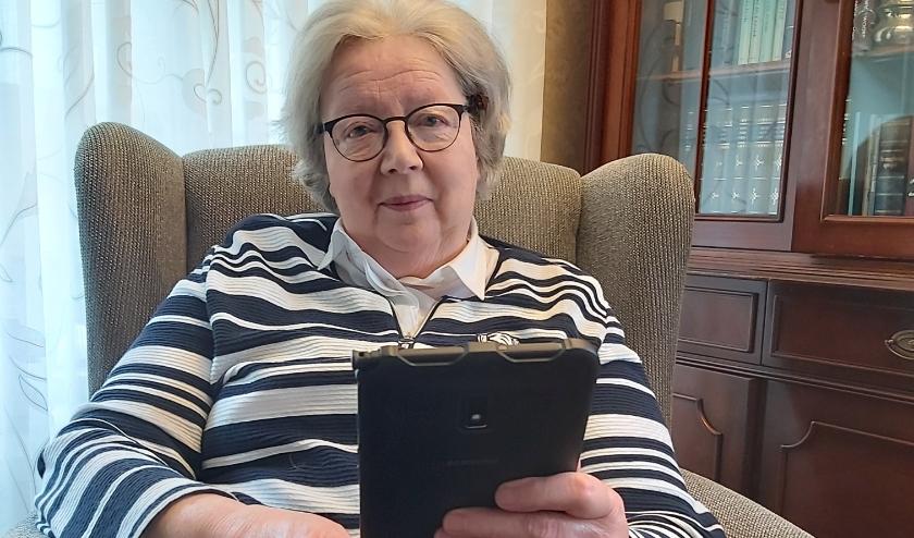 Het Oranjehof heeft tablets uitgeleend. Daardoor kan mevrouw W. Bronkhorst uit Elspeet contact houden met familieleden, hulpverleners, de krant lezen of de kerkradio beluisteren.