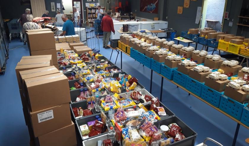 Voedselpakketten die klaar staan bij de Voedselbank Best.