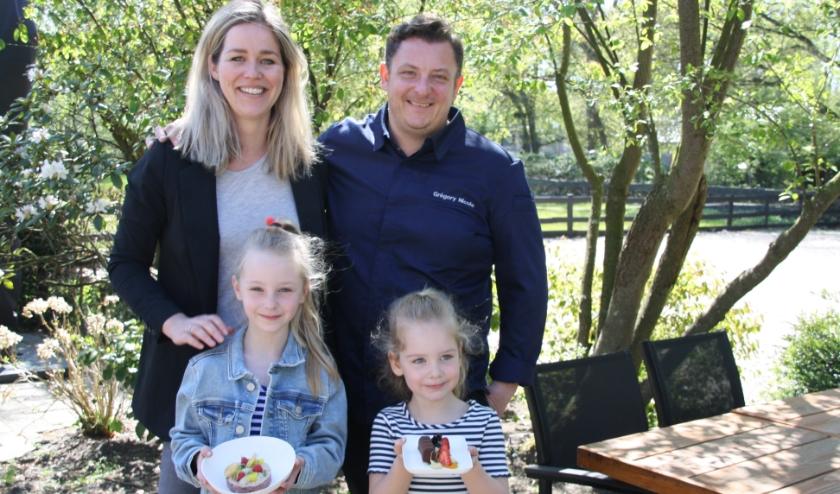 Grégory en Lieke met dochters Maud en Aimée die het heerlijke voorgerecht Tartare Vitello Tonato en dessert 'Snickers' vasthouden.
