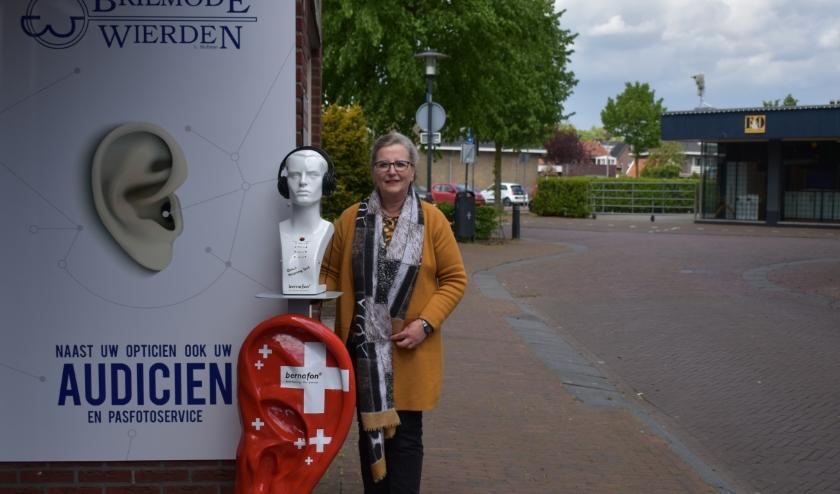 Loes Hofman en andere medewerkers van Brilmode Wierden zijn druk bezig om webinars te volgen. (Foto: Van Gaalen Media)