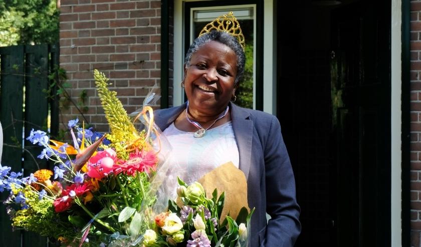 Brenda Emmen ontving bloemen en een toespraak van de burgemeester via een videoboodschap.