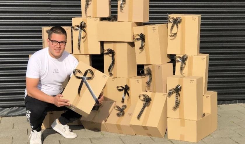 Bedrijfsleider Thomas Hoedt met de eerste pakketten.