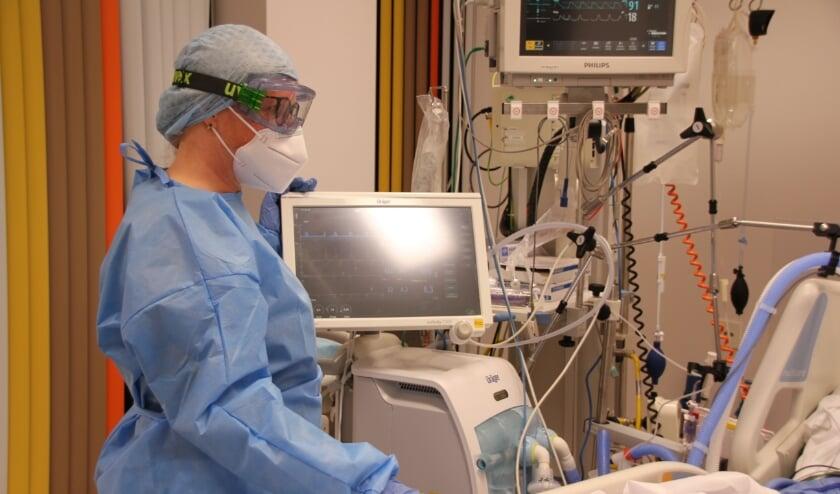 <p>IC-verpleegkundige Annemarie Beutler aan het werk.</p>