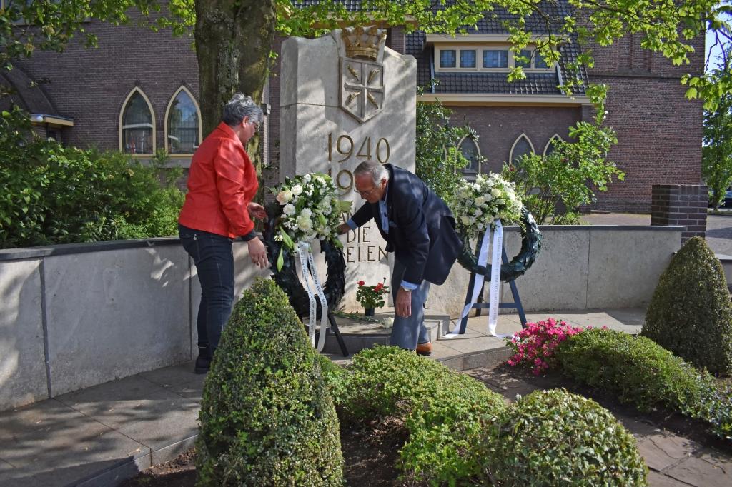 Ellen Maat en Gerhard Nijmeijer leggen namens de Oranjevereniging een krans.   © DPG Media