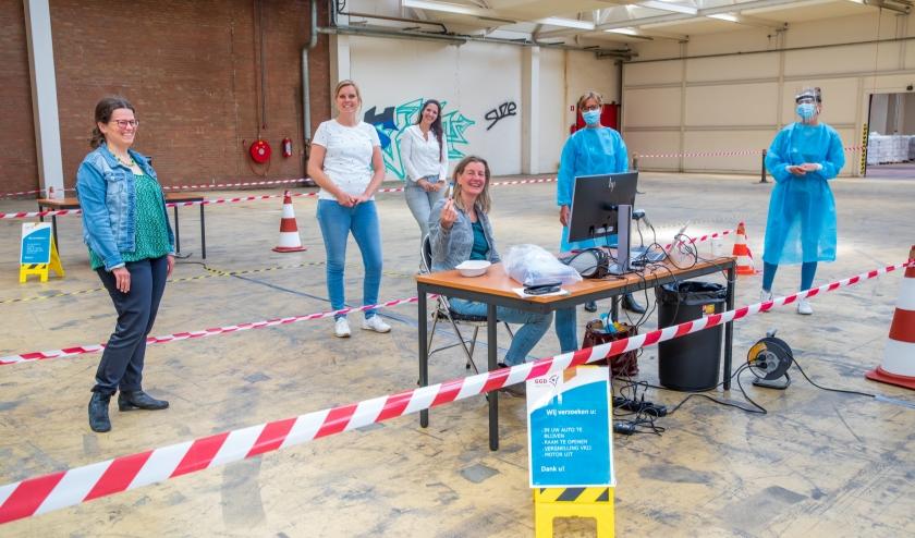 Medewerkers van de GGDrU zijn klaar om Veenendalers te testen op Covid-19 (Foto: Govert Govers)