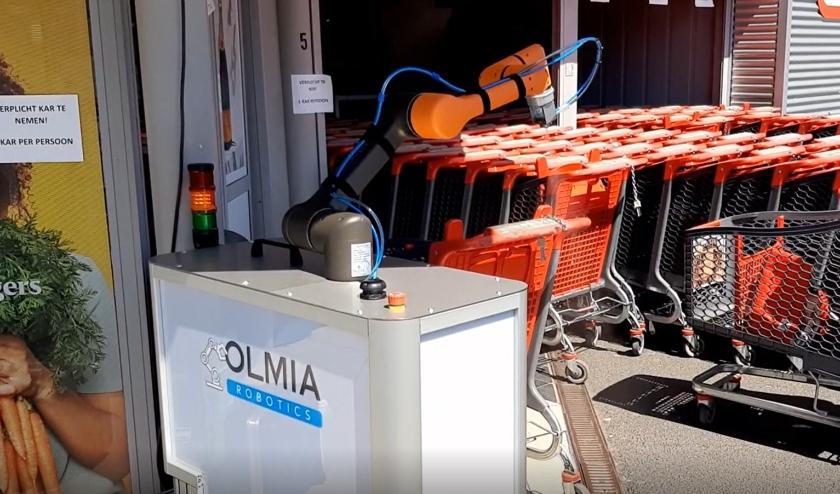 Collaboratieve robotarm ontsmet automatisch winkelwagentjes, voordat klanten hem mee de winkel innemen.