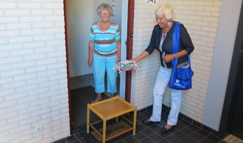 Zonnebloem-vrijwilligster Josée verrast mevrouw Goedhart
