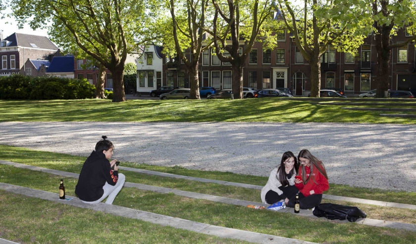 Meisjes op Bevrijdingsdag in stadspark de Plantage, 2020