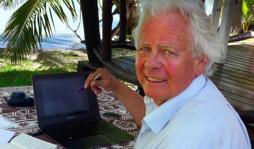 Rob Ruggenberg aan het werk. De jeugdboekenauteur deed altijd zeer grondige research. Voor de zeven boeken die hij eerder schreef ontving hij veel prijzen waaronder de Thea Beckmanprijs.