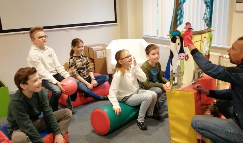 Bart van Gurp in actie bij de tijdelijke kinderopvang die Zorggroep Apeldoorn opzette