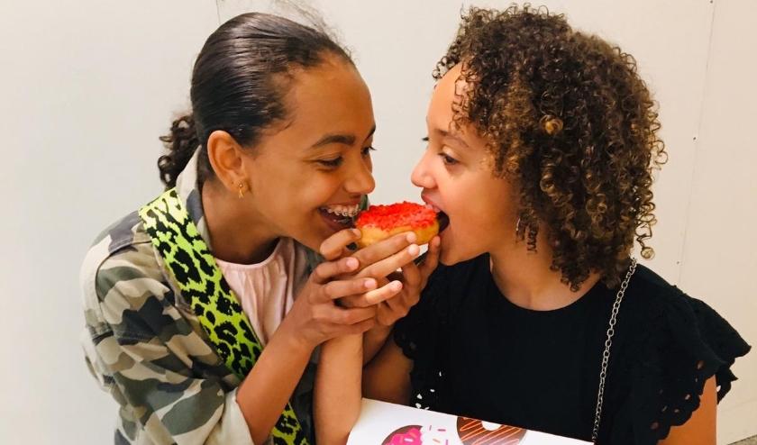Jaylin, en haar nichtje Amayra: eindelijk een donut!
