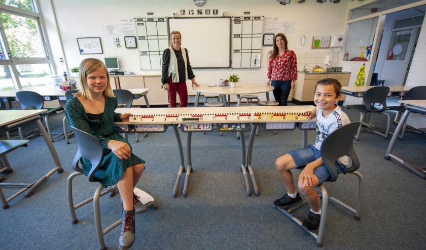 De meetlat van exact anderhalve meter is het bewijs dat de leerlingen van basisschool de Schothorst de minimale afstand houden. (Foto: Robert Hoetink)